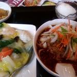 食香閣 - 海鮮丼と半刀削麺のセット