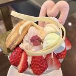 82925616 - 桜のパフェ 1200円(税込)