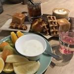 エッセンス カフェ - 手前の丸い皿に、フルーツとパンを