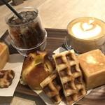 エッセンス カフェ - 撮影の為に、パンはドリンクのトレーに移動