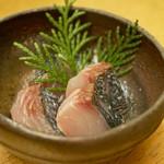 82930345 - 檜(ひのき)のチップならぬ葉で燻した五島鯖。