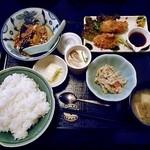 味処●酒処 とらや - 料理写真:日替わりランチ(カキフライ & 刺身・茄子と厚揚げあんかけ;ご飯大盛り)
