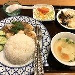 82942121 - タレーカティアムラーカオ(シーフードのにんにく炒めご飯)(タイしょう油味)タイサラダ、スープ、グリーサラダ、デザート付き980円
