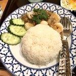 82942128 - タレーカティアムラーカオ(シーフードのにんにく炒めご飯)(タイしょう油味)タイサラダ、スープ、グリーサラダ、デザート付き980円