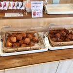 琉球銘菓 三矢本舗 - 朝一行くとまだ種類かなり少なめでした。笑