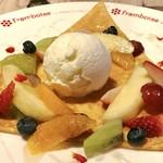 フランボワーズ - このミルクアイスが美味しい。メロンも入って豪華。バラエッセンスがほのかに香ります