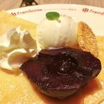 フランボワーズ - 湯気があがるほど温かい洋梨の赤ワイン煮に冷たいミルクアイスがとろける。クッキーもポイント