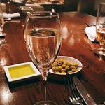 82948462 - スパークリングワインとお通しのグリーンオリーブ