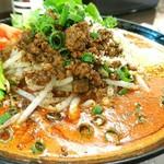 東京担々麺  ゴマ哲 - 濃厚トマト担々麺(赤) 950円 パクチートッピング 150円