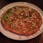 82949783 - バジルと松の実のピザ