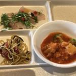 スパ&ゴルフリゾート久慈 - 真鯛のカルパッチョ・トマト煮込み・焼きそば… トマト煮込みは 意外に ピリ辛でした!