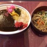 スパ&ゴルフリゾート久慈 - カレー・お蕎麦 …カレーは 漬物全部乗せてますσ(^_^;) カレーは 大人の味 という感じですね (#^.^#)
