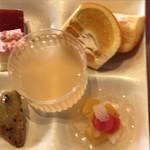スパ&ゴルフリゾート久慈 - 本日のケーキ2種類・メロンゼリー・甘夏 ・大学イモ ・フルーツ缶 など
