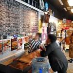 新潟駅クラフトビール館 - カジュアルな店内