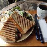 スロー ジェット コーヒー - 鴨肉とチーズオニオンのパニーニ780円、ブレンドコーヒー380円
