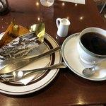 楡本店 - 料理写真:アップルパイとブレンドコーヒーで800円