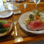 鎌倉山 - 和牛ロースのローストビーフとサラダ