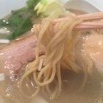 胡心房 - 細麺ースープにうまく絡み合う