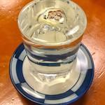 立呑み お酒の神様 - (写真では分かりにくいが)2杯目はダブル表面張力状態になった。なかなかやるね、ホールのニーチャン(21歳)。