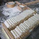 高鉱菓子舗 - 当店人気の串だんご 1個1個手作業で串に刺しています