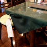 サンドウィッチ ルマン - テーブルにはメッセージ用のノートが。