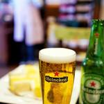 サンドウィッチ ルマン - 右手にビール、左手にサンドイッチ。