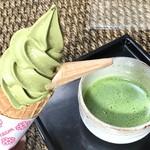 茶乃芽 - 最高級本抹茶ソフトクリーム税込500円 と 最高級本抹茶 税込300円