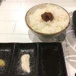 ステーキハウス 一牛 - ワサビ、塩、タレで頂く ご飯には肉味噌が! 白飯でいいよね、肉あるから 笑 正直意味がわからない