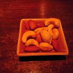 エル・テソロ - 付き出しのカシューナッツとナッツ