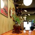 かやの木 - お花も奇麗な店内
