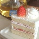 82991013 - ショートケーキとカモミールティー