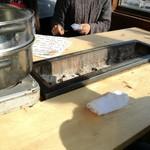牡蛎処 桝政 - 左側蒸し器、テーブル真ん中にコンロ