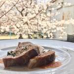 グローブカフェ - 豚ちゃんと桜
