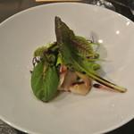 アキヒサ ハンダ - 北寄貝、帆立貝、富良野産アスパラのエチュべ サラダ仕立て バニュルスのヴィネグレット