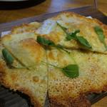 トップ サーティー - ラクレットチーズの羽根付きピッツァ