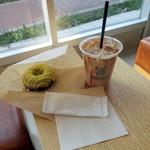 ストリーマー・コーヒー・カンパニー - 期間限定サクララテ650円、レモンチョコドーナツ280円