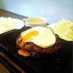 COWCOWステーキ - ハンバーグ+目玉焼き