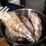 牡蠣とワインの店 アサドール・デル・マール - 蒸し牡蠣のバケツ盛り