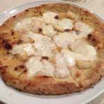83010449 - カブ、イカ、アンチョビ、モッツァレラのピザ