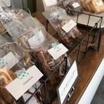 ヨムパン - ブラウニーなど、焼き菓子が並びます(2018.3.25)
