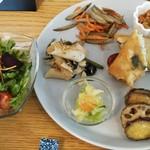ナチュラルキッチン SAL - まずはサラダが来ます。野菜もしっかりした味がして、付属のお塩をかけて食べる方式。フランス産と日本のこだわった塩で優しい塩味でした。