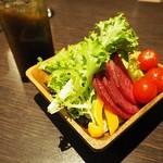 Nikubaruandobiagadembejita - お通しは産地直送野菜のサラダ