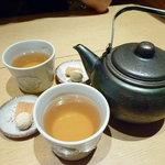 八かく庵 - 最初に出されるそば茶とお茶うけ