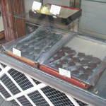弁慶力餅 三晃堂 - べこ餅、江差では「かだっこもち(または「かたっこもち」)」と言います。