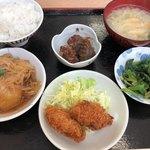 おふくろ亭 - 惣菜とご飯・味噌汁セット 730円。