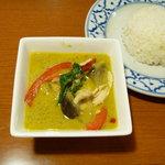 バーン・プータイ - 鶏肉のグリーンカレーとタイのジャスミンライス