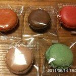 タカノ - マカロン(左上:紅茶、上真ん中:ショコラ、右上:クランベリー、左下:イチゴ、右下:青リンゴ)