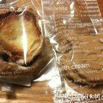 タカノ - 左:シューラスク、右:プーさん型のクッキー