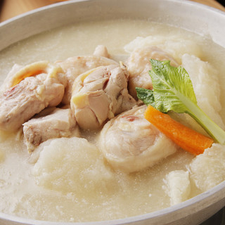 贅沢な濃厚コラーゲンスープで作る博多水炊き!