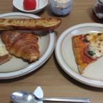 キングベーク - (手ブレ失礼m(_ _)m)(左皿・上から時計回りに)ガーリックフランス・クロワッサン・クロックムッシュ、(右皿)ナポリピザ